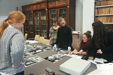 Studentinnen mit Fotos von Leonore Schwarzer