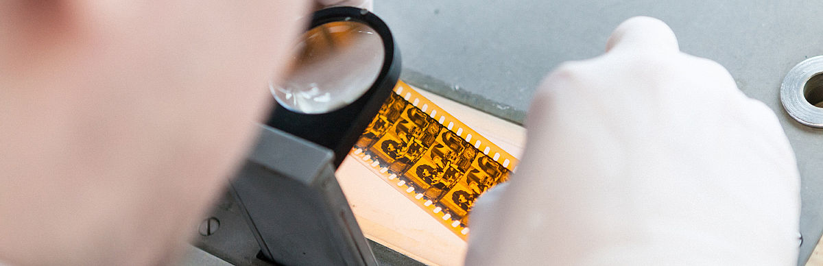 Student untersucht alte Filmnegative