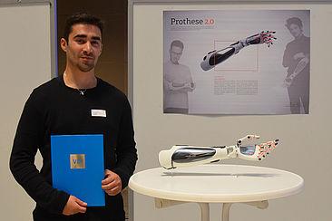 Der Drittplatzierte Lucas Balcilar stellt seine Prothese 2.0 bei der VDI-Preisverleihung vor