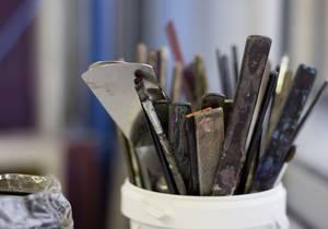 Behälter mit Pinseln und anderen Werkzeugen