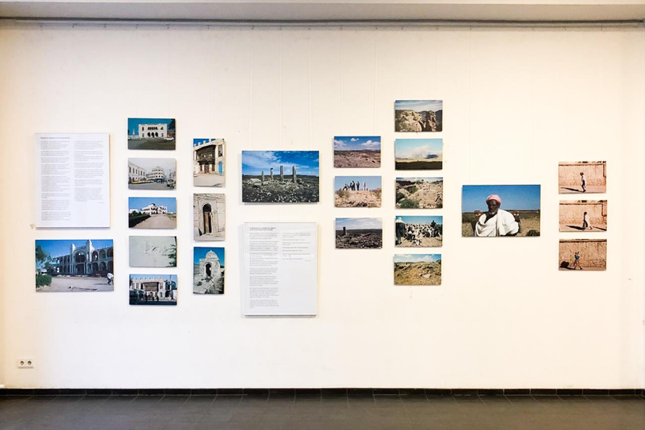 Ausstellungsraum mit Fotos