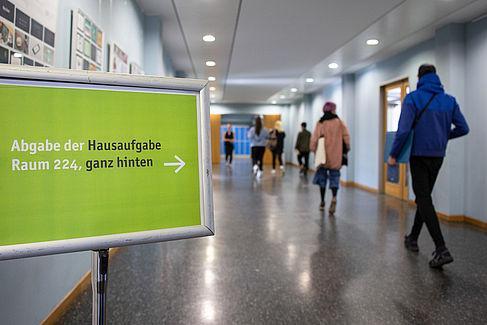 Bewerber_innen laufen einen Flur entlang © HTW Berlin